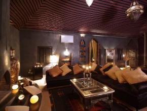 Salon du lodge egyptien sophistiqué avec cheminé