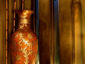 Magnifique vase décoratif doré à lodge egyptien