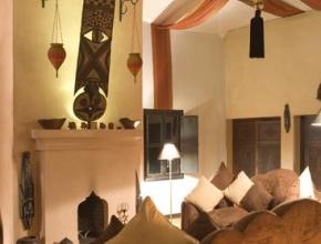 Salon magnifiquement décoré avec cheminé à LodgeK